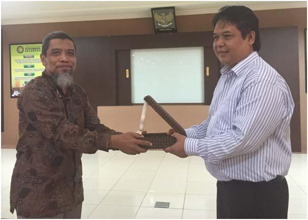 Penyerahan plakat oleh Direktur RSU PKU Muhammadiyah Delanggu dr. Muhammad Ma'mun Sukri, MPH.